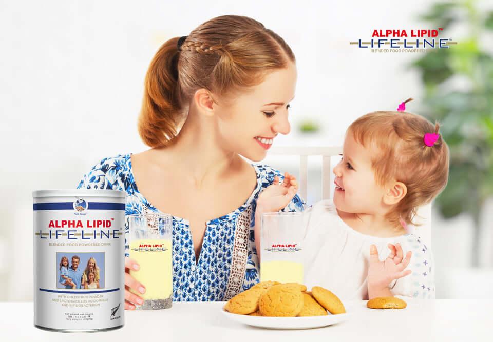 """Để phát huy hết công năng của sản phẩm sữa non Alpha Lipid Lifeline. Đòi hỏi người tiêu dùng phải biết sử dụng đúng cách. Hôm nay bài viết sẽ mang đến cho các bạn những thông tin liên quan đến """"hướng dẫn sử dụng sữa non Alpha Lipid Lifeline"""". Hãy cùng theo dõi bài viết để hiểu rõ hơn về vấn đề này nhé! Tại sao lại lựa chọn sản phẩm sữa non Alpha Lipid Lifeline? Sản phẩm sữa non Alpha Lipid hiện nay là một trong những dòng sản phẩm được nhiều người tiêu dùng tin tưởng lựa chọn nhất. Một trong những nguyên do giúp cho dòng sản phẩm này có được chỗ đứng ổn định trên thị trường. Chúng ta phải nhắc đến thành phần dinh dưỡng, tác dụng mang lại và độ phù hợp của sản phẩm với tất cả lứa tuổi. Sữa non Alpha Lipid Lifeline nhập khẩu trực tiếp từ New ZeaLand và được sản xuất dưới dây chuyền công nghệ hiện đại. Chính vì lý do này đã giúp cho những dưỡng chất có trong sữa non không hề bị mất đi. Với thành phần từ thiên nhiên, an toàn đối với sức khỏe của người tiêu dùng. Vì thế chúng ta không cần quá ngạc nhiên khi sản phẩm này mang lại hiệu quả tốt cho mọi đối tượng sử dụng. Hinh Hướng dẫn sử dụng sữa non Alpha Lipid Lifeline Sản phẩm sữa non Alpha Lipid Lifeline không những sử dụng được cho trẻ nhỏ, người trưởng thành, người già. Mà còn sử dụng được cho những đối tượng đang gặp vấn đề với sức khỏe. Hay những người phải đối mặt với nguy cơ lão hoá xương, những người mắc bệnh mãn tính. Nếu như chúng ta biết sử dụng sản phẩm sữa non Alpha Lipid Lifeline nhập khẩu trực tiếp từ New ZeaLand đúng cách thì chắc chắn sẽ mang lại hiệu quả vô cùng tốt. Trước khi sử dụng sản phẩm sữa non Alpha Lipid Lifeline các bạn nên lắc đều hộp sữa. Việc làm này sẽ giúp trộn đều các thành phần dinh dưỡng có ở trong sữa non. Một lưu ý nữa là bạn nhớ pha sữa non Alpha Lipid với nước sôi để nguội tầm 30 độ C. Nếu như pha sữa non ở nhiệt độ quá cao sẽ làm mất đi một số dưỡng chất dinh dưỡng vốn có trong sữa. hinh Liều lượng sử dụng sản phẩm sữa non Alpha Lipid Lifeline Theo như những chuyên gia dinh dưỡng"""